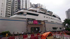C2出口からの景色です。船の形をした建築物の中にはレストランやAEONがあります。